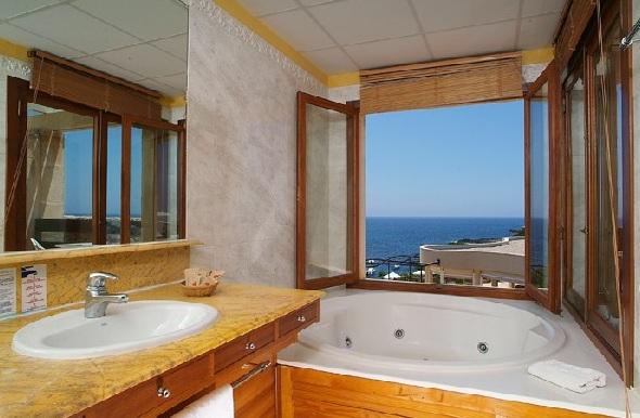 Hoteles con jacuzzi en la habitaci n en menorca for Hoteles con habitaciones familiares en espana