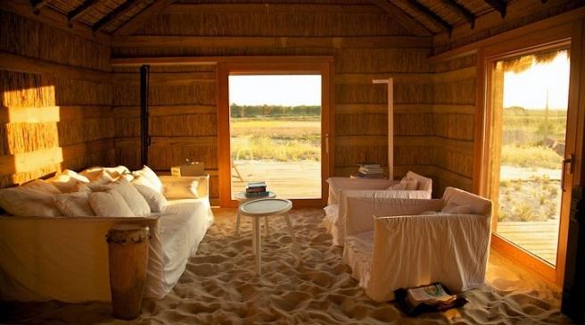 Casas na areia un precioso hotel de arena en lisboa - Casas rusticas por dentro ...